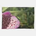 Flor con el pequeño insecto verde toallas de cocina