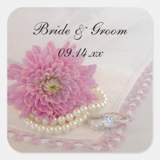 Flor, cordón rosado y anillos casando los sellos pegatina cuadrada