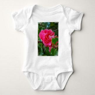 Flor de Camelia de las rosas fuertes T Shirts