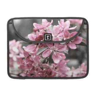 Flor de cerezo en fondo blanco y negro fundas para macbook pro