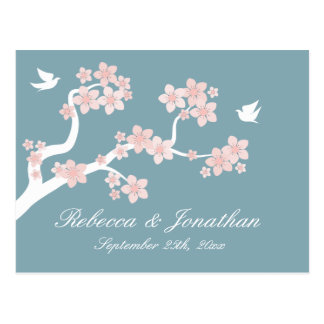 Flor de cerezo en la postal azul de RSVP