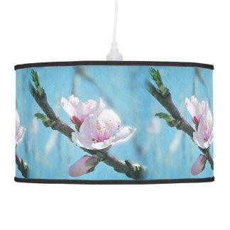 Flor de cerezo en sombra de lámpara azul y rosada