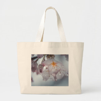 Flor de cerezo japonesa después de las lluvias bolsa