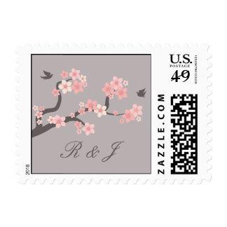 Flor de cerezo rosada/gris con el sello de las ini