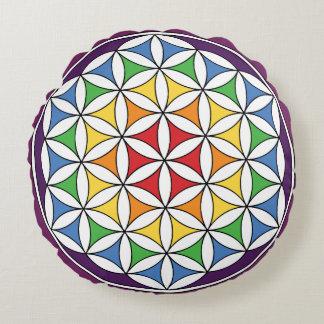 Flor de la mandala del arco iris de la vida cojín redondo