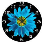 Flor de la margarita azul y negra relojes