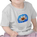 Flor de la margarita blanca contra fondo azul camiseta
