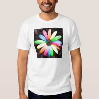 Flor de la margarita del arco iris playera