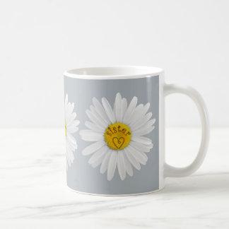 Flor de la margarita para el fondo del taza de café