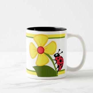 Flor de la mariquita taza de dos tonos