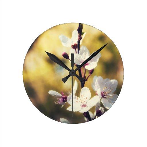 Flor de la primavera reloj redondo mediano