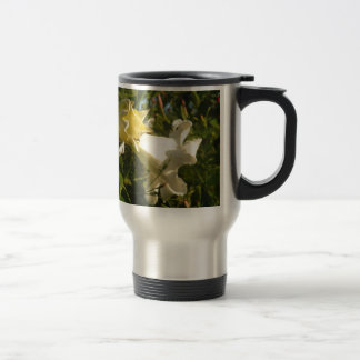 Flor de la vid de trompeta con una avispa taza térmica