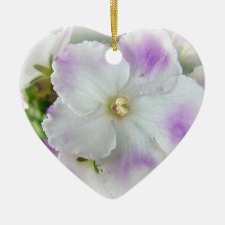 Flor de la violeta africana adorno navideño de cerámica en forma de corazón