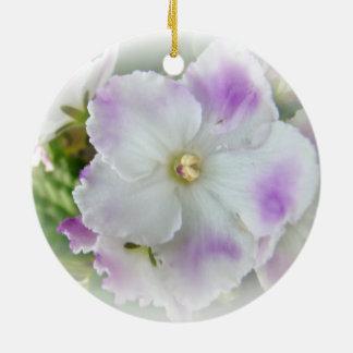 Flor de la violeta africana adorno navideño redondo de cerámica