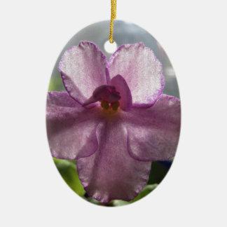Flor de la violeta africana de la lavanda adorno navideño ovalado de cerámica