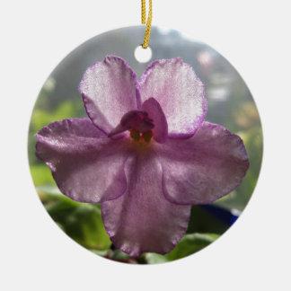 Flor de la violeta africana de la lavanda adorno navideño redondo de cerámica