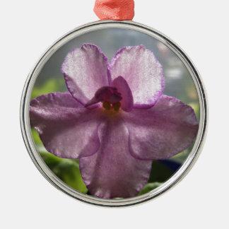Flor de la violeta africana de la lavanda adorno navideño redondo de metal
