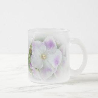 Flor de la violeta africana taza cristal mate