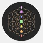 Flor de las piedras coloreadas chakra de la vida etiqueta redonda