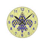 Flor de lis azul y amarilla reloj redondo mediano