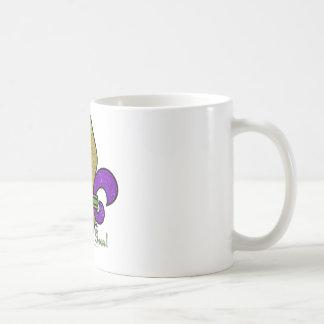 Flor de lis colorida del carnaval taza básica blanca