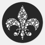 Flor de lis del cráneo etiquetas redondas