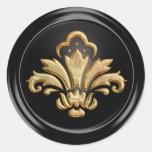 Flor de lis del oro en el sello negro del sobre pegatina redonda