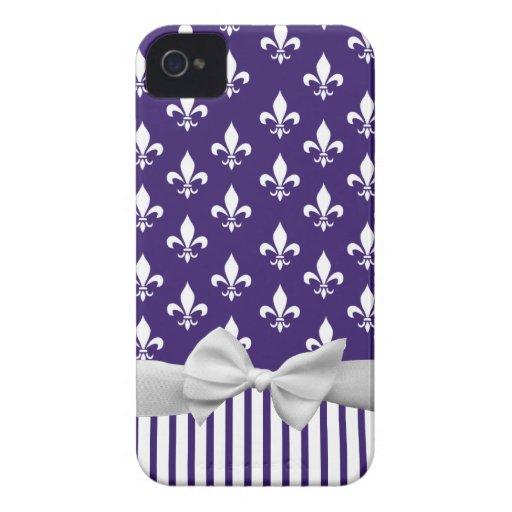 Flor de lis en azules marinos con las rayas y el iPhone 4 Case-Mate protector