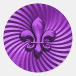Flor de lis en fondo púrpura pegatina redonda