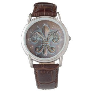Flor de lis envejecida de la mirada relojes