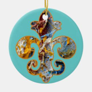 Flor de lis pintada 5 adorno navideño redondo de cerámica