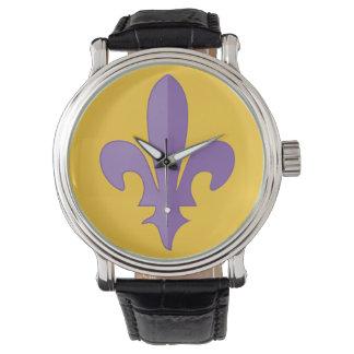 Flor de lis púrpura en el reloj de la correa del