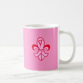 Flor de lis rosada de la cinta taza
