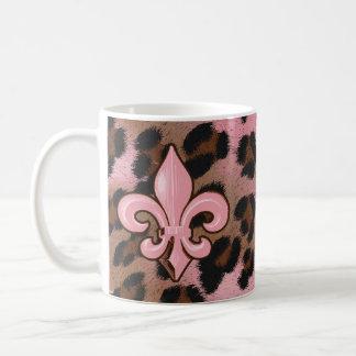 Flor de lis rosada del leopardo taza clásica