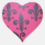 Flor de lis rosada pegatina en forma de corazón