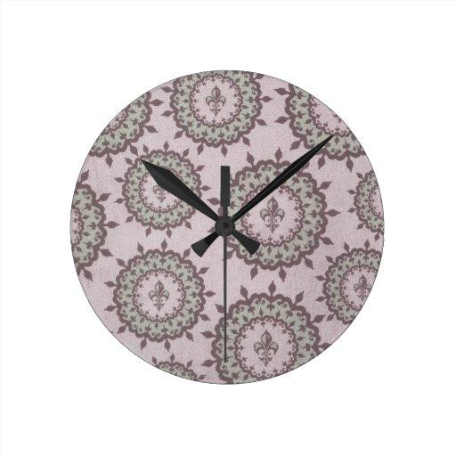 Flor de lis rosada y verde reloj de pared