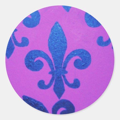 Flor de lis torcida violeta pegatina redonda
