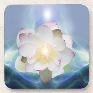 Flor de loto blanco en cristal azul posavasos de bebida