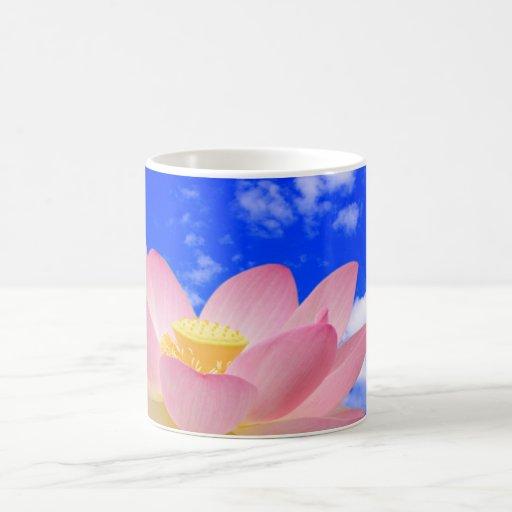 Flor de Lotus llevada en agua Taza De Café