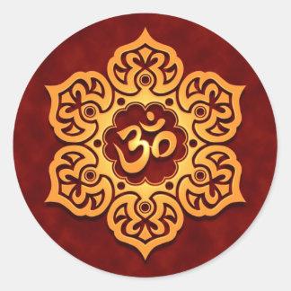 Flor de Lotus roja de oro OM Pegatina Redonda