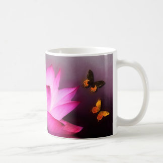 Flor de Lotus rosada y mariposas coloridas Taza Clásica