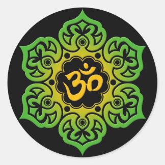 Flor de Lotus verde y amarilla OM en negro Pegatina Redonda