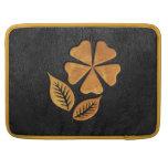 Flor de oro en el cuero negro funda macbook pro