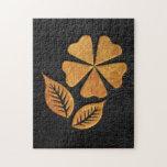 Flor de oro en el cuero negro puzzles