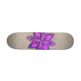 Flor de papel púrpura y rosada patineta personalizada