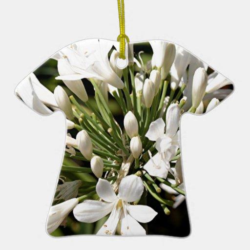 Flor del Agapanthus en la floración Adorno Navideño De Cerámica En Forma De Playera