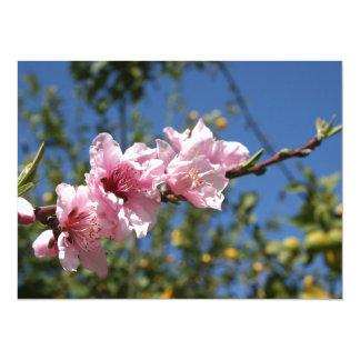 Flor del árbol de melocotón contra el cielo azul invitación personalizada