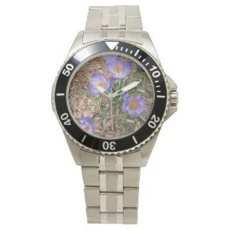 Flor del azafrán en la floración relojes de pulsera
