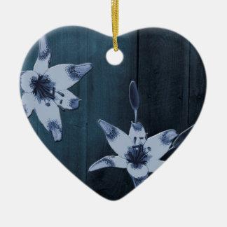 Flor del azul del sauce adorno navideño de cerámica en forma de corazón