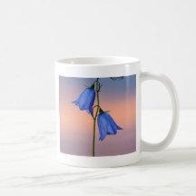 Flor del Bluebell en la salida del sol Taza De Café